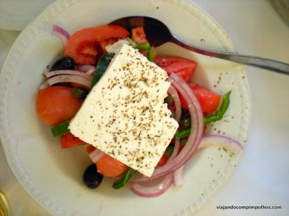 salada com queijo fetá