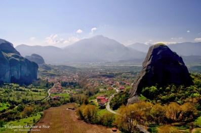 Vista de los pueblitos Kalambaka y Kastraki desde el monasterio de St. Nikolas