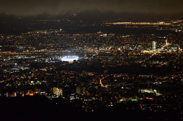 Vista nocturna de Zurich desde el monte Uetliberg