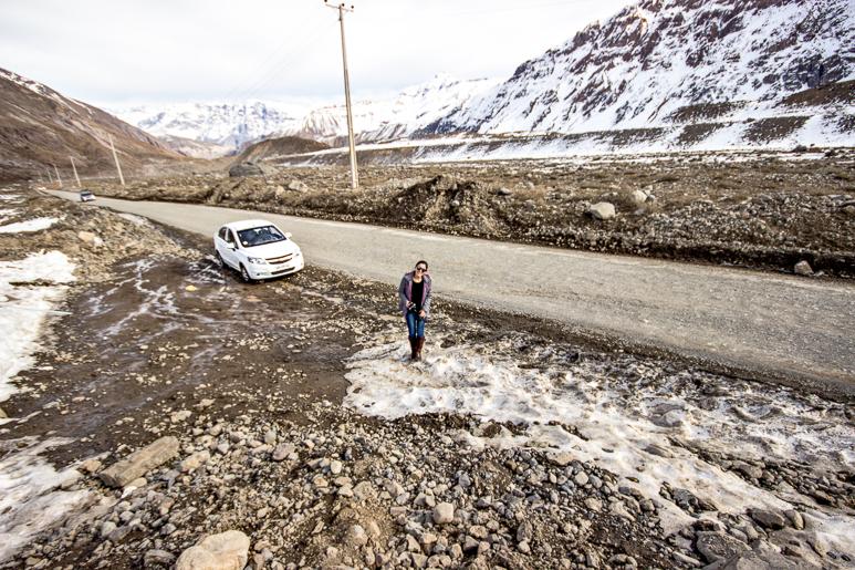 Estrada de terra com um pouco de neve no caminho para Embalse El Yeso