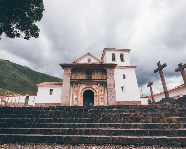 Por fora a Igreja é simples, mas por dentro possui riquezas como peças de ouro e quadros valiosos