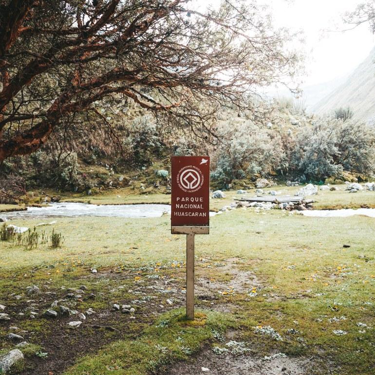 Laguna 69, Peru - placa logo no início da trilha