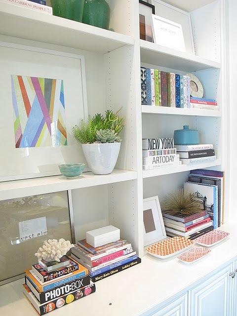 livros e objetos decorativos na estante prateleira