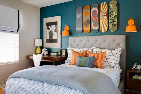parede azul quarto objetos coloridos decoracao
