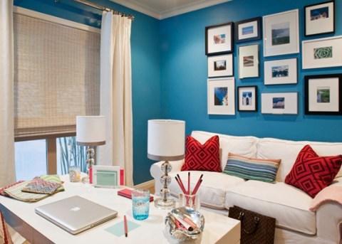 parede azul sala quadros