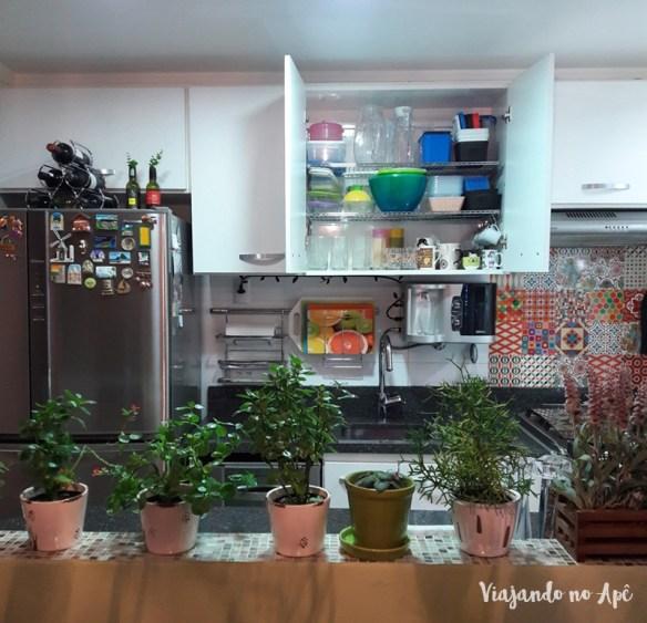prateleira-aramada-armario-cozinha-organizacao-divisao-armario