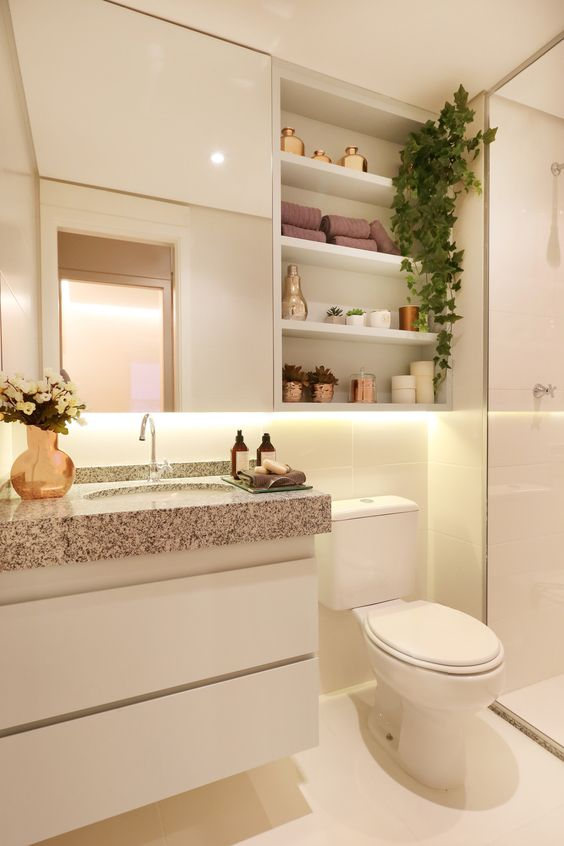 banheiro claro branco armario prateleiras banheiro