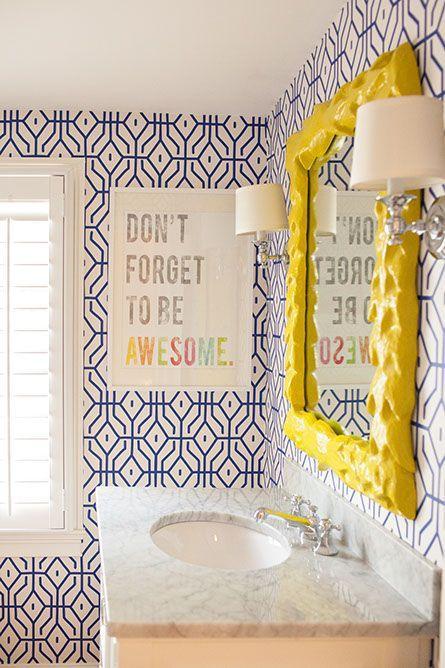 banheiros coloridos alegres espelho amarelo revestimento geometrico