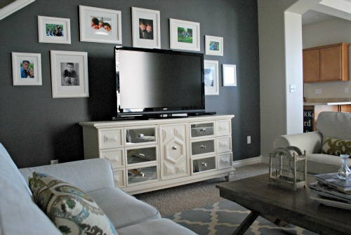 parede escura parede tv quadros brancos