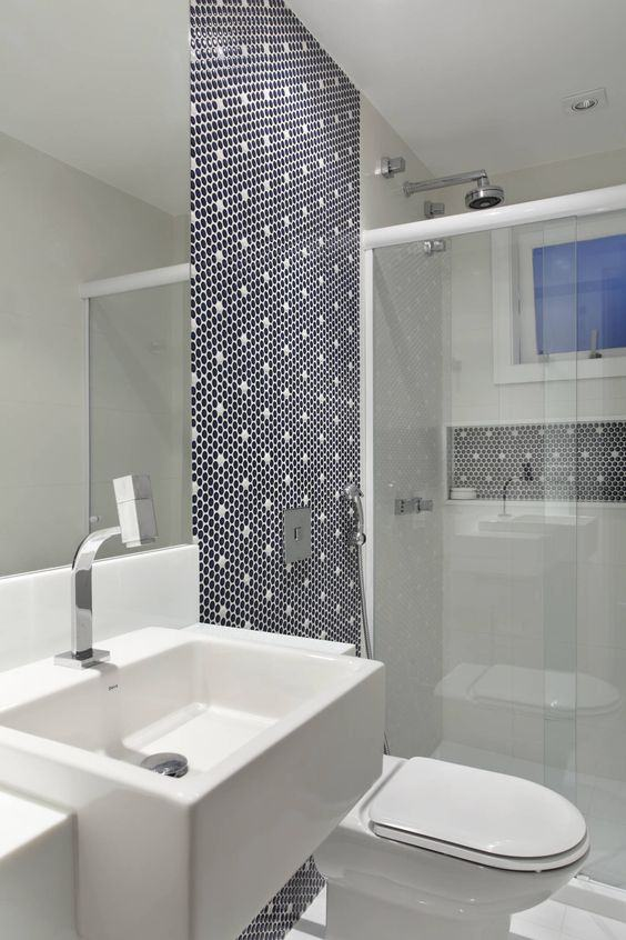 revestimento geometrico azul escuro branco decoracao banheiros