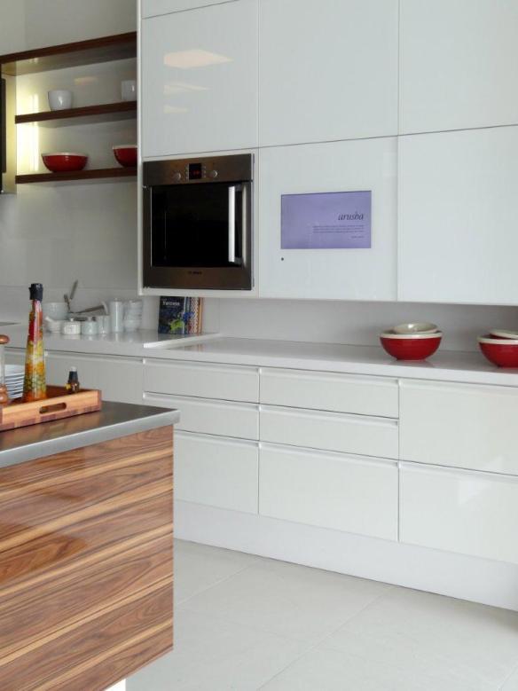 tv armario-tv-embutida-na-porta-do-armario-da-cozinha