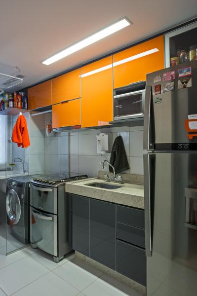 divisoria placa vidro incolor cozinha separada area de servico armario laranja 2