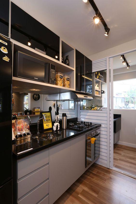 separacao cozinha lavanderia area de servico divisao porta correr aluminio vidro cozinha armario vidro preto detalhes amarelos piso imita madeira