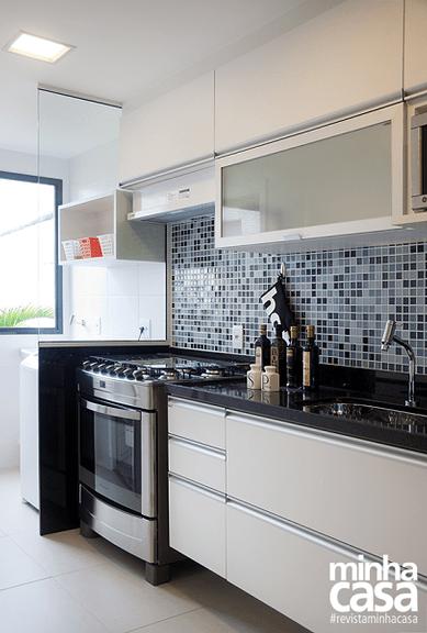 separacao divisoria cozinha area de servico lavanderia pedra granito vidro pastilha azul cozinha bancada preta