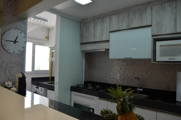 separar cozinha da area de servico lavanderia dividir porta correr vidro branco leitoso serigrafado pastilhas cozinha