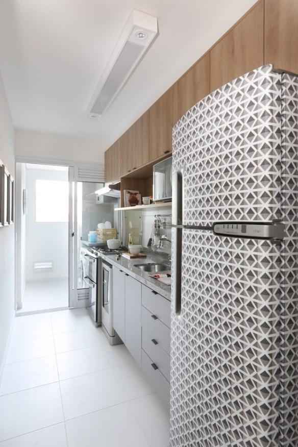 separar cozinha da lavanderia fechar area de servico porta aluminio vidro separacao ambientes geladeira envelopada armarios cozinha tom madeira