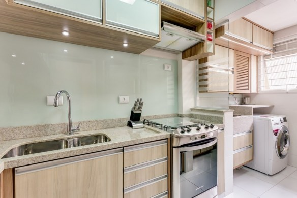separar cozinha lavanderia area de servico vidro sobre mureta divisoria parcial cozinha iluminacao spot abaixo armario