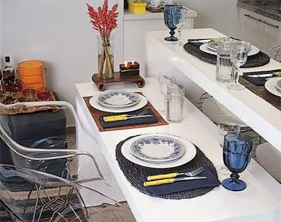 Dois aparadores formam uma mesa de jantar