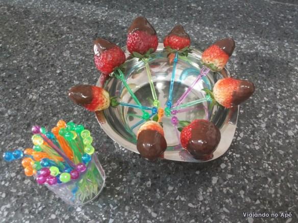 espetinhos petiscos morango com chocolate
