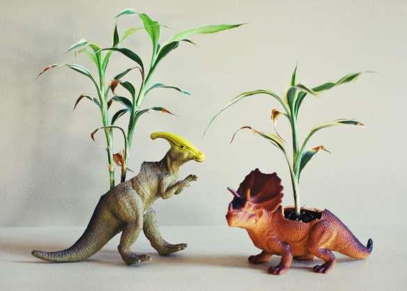 vaso dinossauro decorando com brinquedo diy