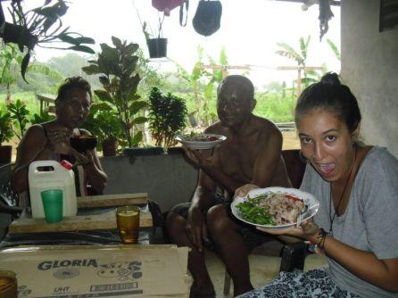 Comiendo tipica comida Surinamense