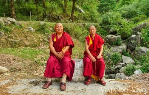 Monjes tibetanos descansando camino al Lago Dal