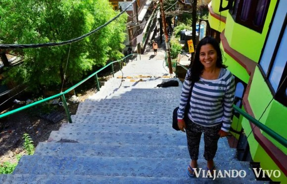 Celeste en las escaleras que llevan a nuestro hostel en Dharamsala