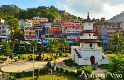 Plaza central de Mandi en el norte de India