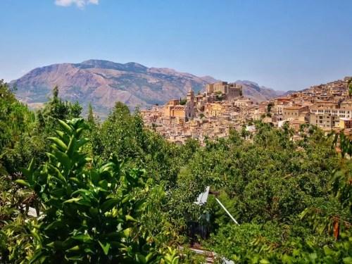 Caccamo al costado de la ruta en Sicilia
