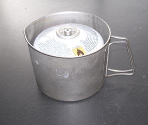 Bombona de gas mediana dentro del cazo