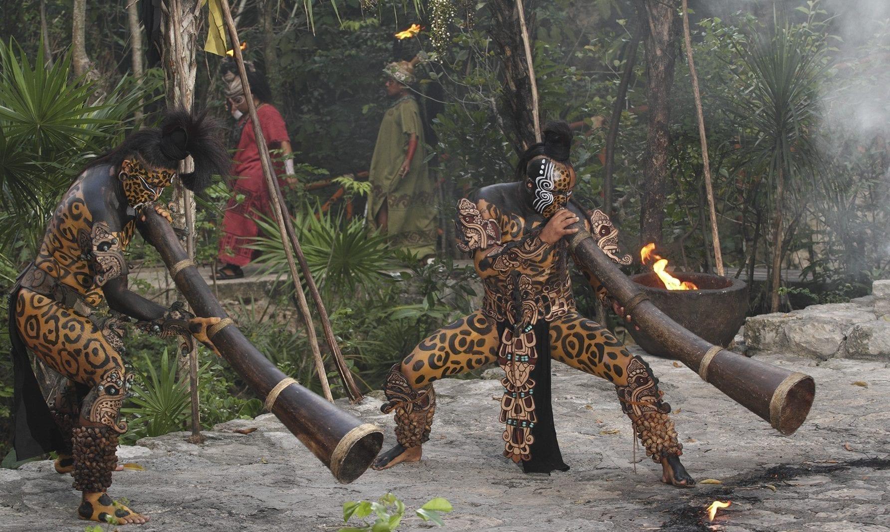 Mayas tocando el hompak o trompeta maya - Foto cortesía de Grupo Xcaret