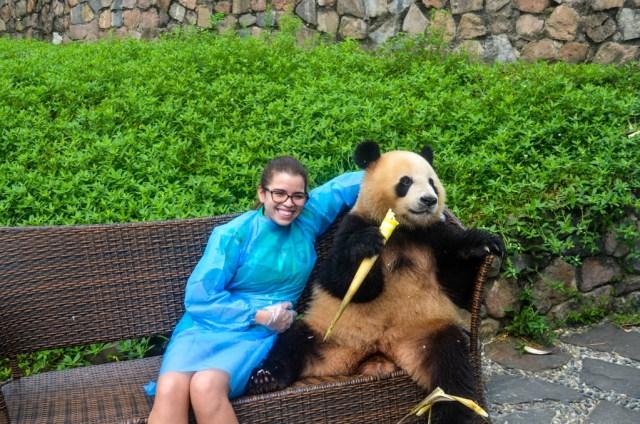 abrazando pandas en China