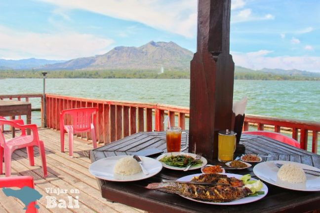 comer-pescado-resto-flotante-kintamani-bali