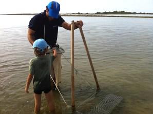 Los peques aprendiendo a mariscar