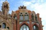 Detalles modernistas en la fachada de los pabellones