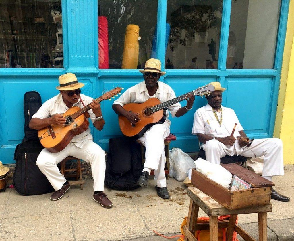 Músicos callejeros cerca de Plaza de Armas, La Habana