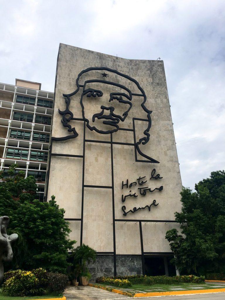 Mural del Ché Guevara frenta a la plaza de la Revolución