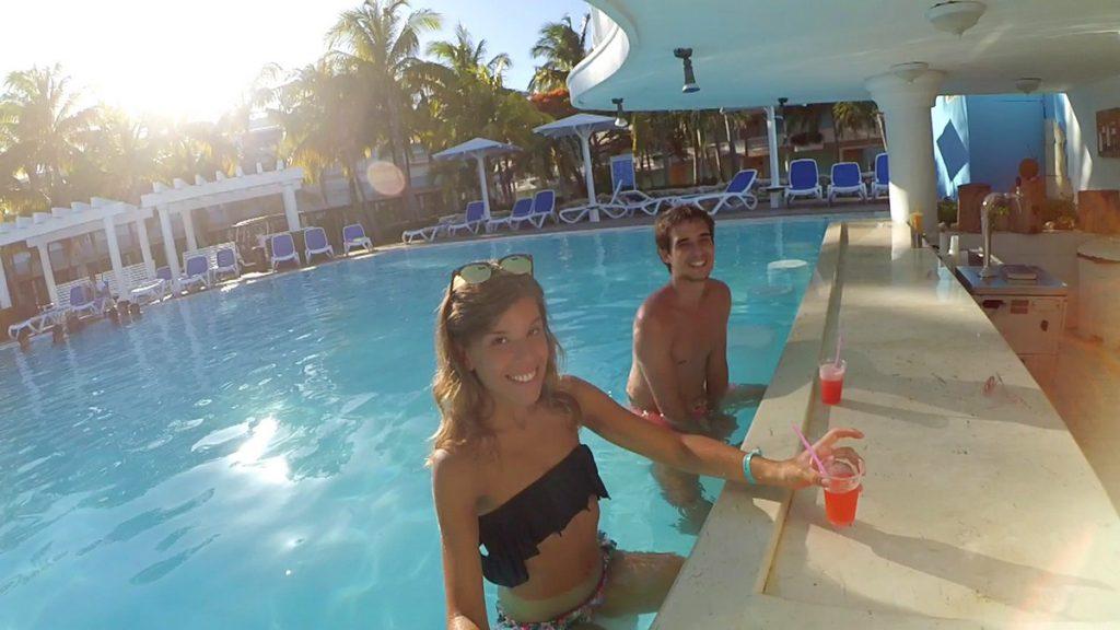 En el bar de la piscina del hotel Meliá Cayo Guillermo