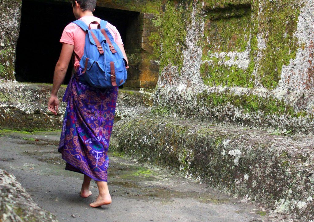 Descalzo y con sarong en un templo de Bali