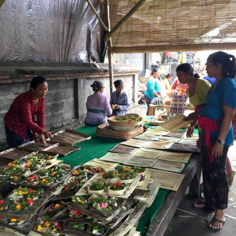 Preparativos de la gran cremación en un barrio de Singakerta, Ubud