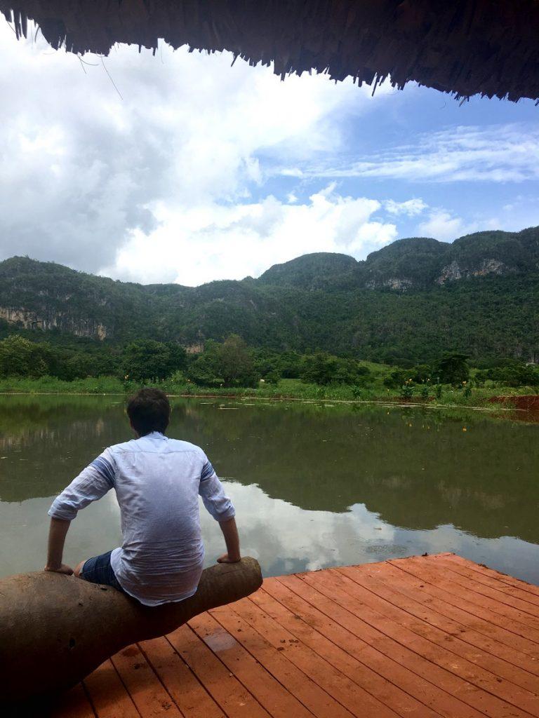 Descansado mientras contemplamos las vistas desde el lago
