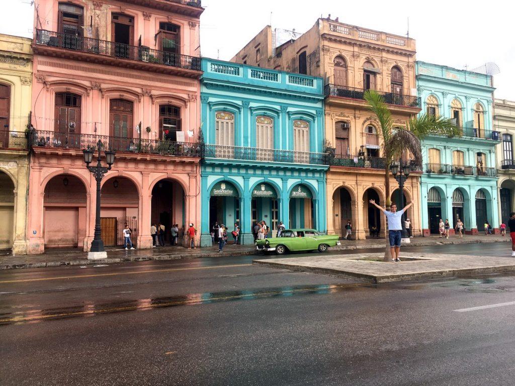 Fachada colorida frente al Capitolio de La Habana