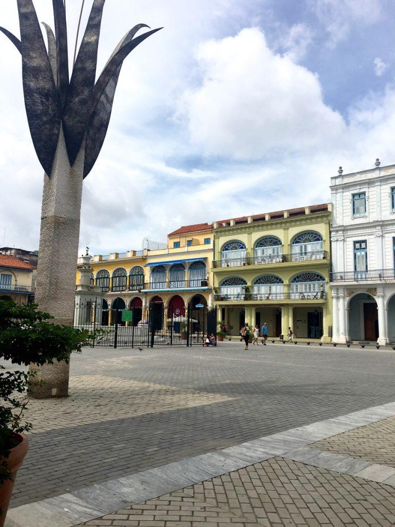 Paseando por la Plaza Vieja, La Habana