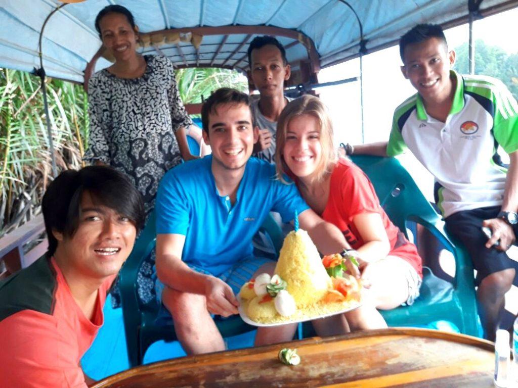 """De cumpleaños con """"nuestra familia"""" en aquel klotok de Borneo"""