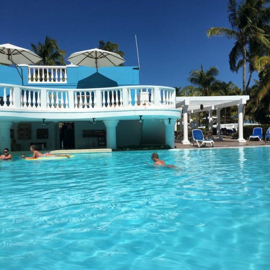 La piscina con bar de Meliá Cayo Guillermo