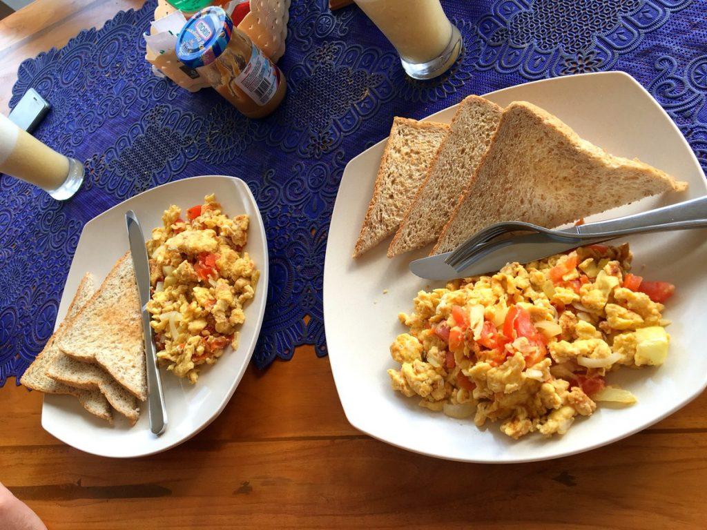 Desayuno muy completo en Telaga Sari