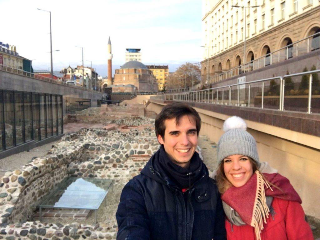 Las ruinas de Serdica con la mezquita de fondo