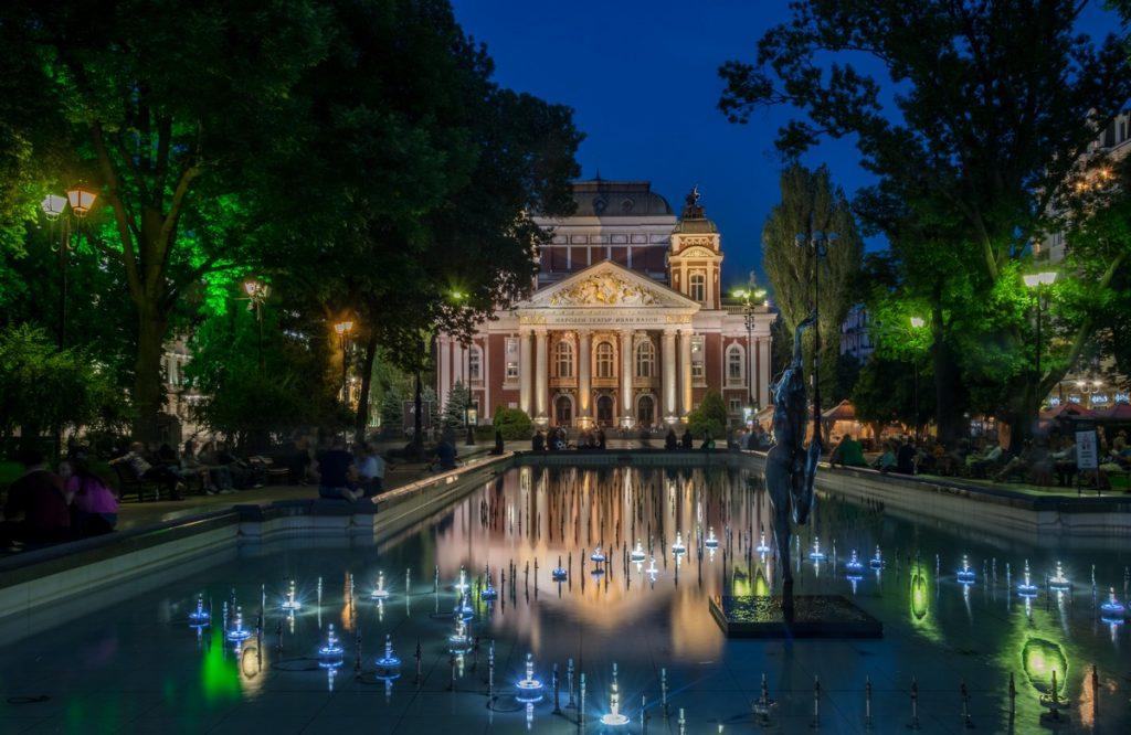 El Teatro Nacional Ivan Vazov por la noche