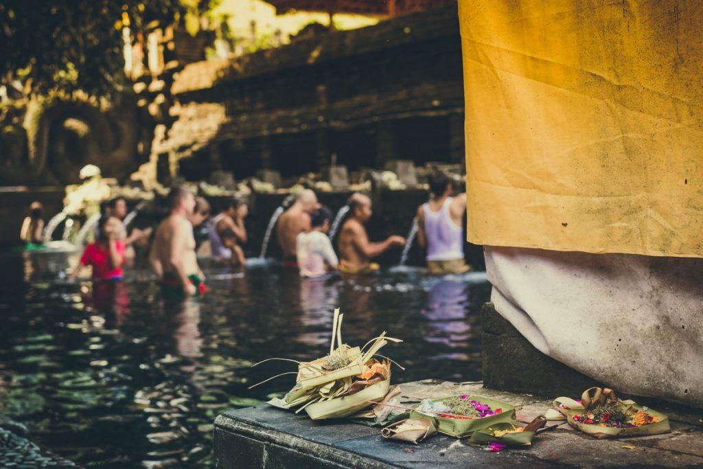 Indonesios haciendo el ritual en Pura Tirta Empul