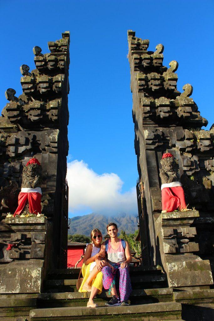 En una de las puertas del Templo Madre de Bali
